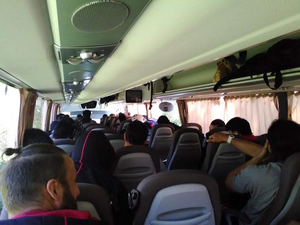 バスの中で書いております。